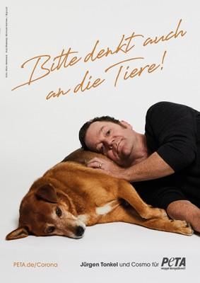 Jürgen Tonkel und Cosmo appellieren an die Menschen, unsere tierischen Begleiter während der Corona-Krise nicht zu vergessen. / Foto: Marc Rehbeck für PETA Deutschland