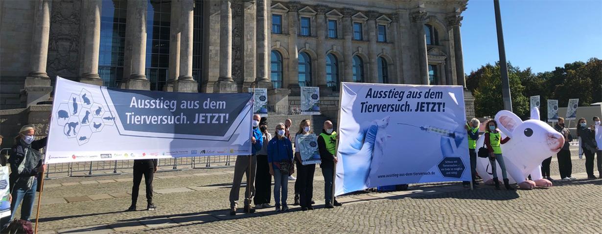 Protestaktion vor dem Bundestag für den Ausstieg aus dem Tierversuch